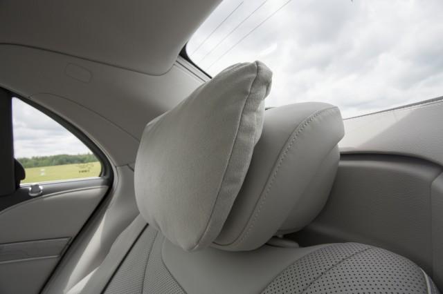 Светлая подушка на подголовник авто