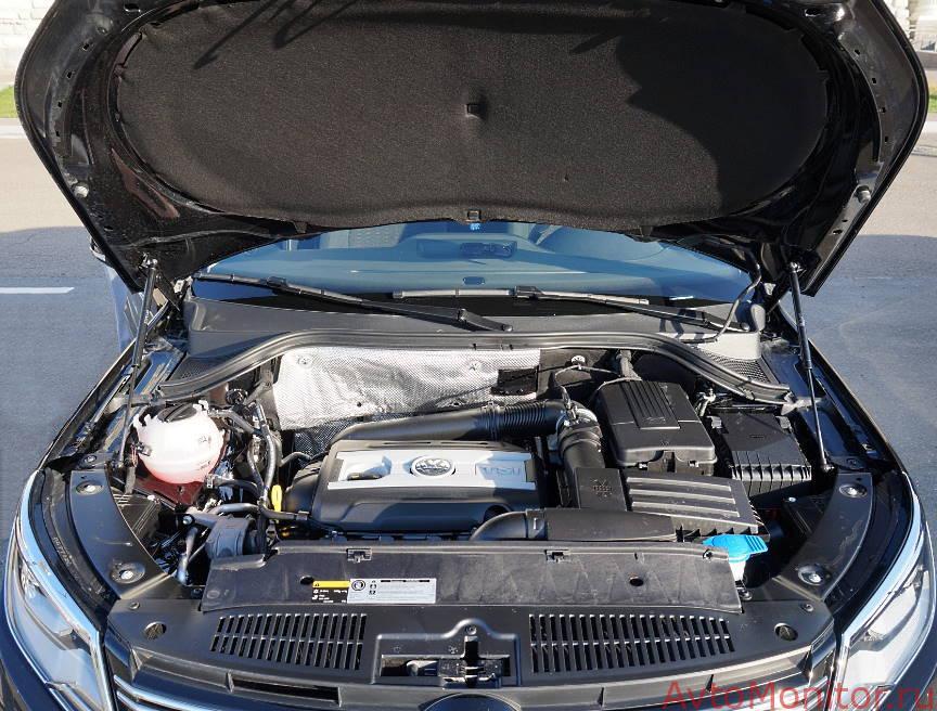 Открытый капот на VW Tiguan I