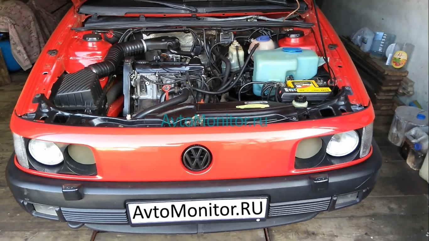 Внешний вид открытого капота VW Passat B3