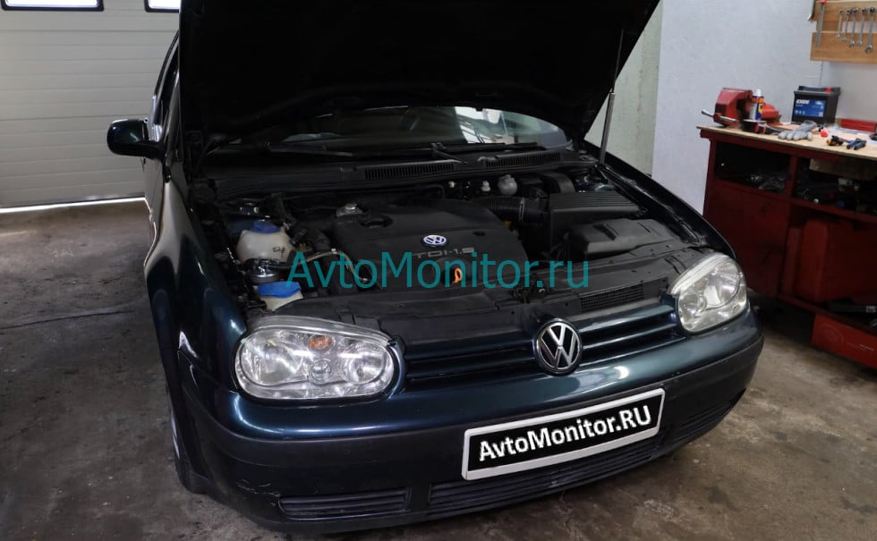 Открытый капот Volkswagen Golf 4