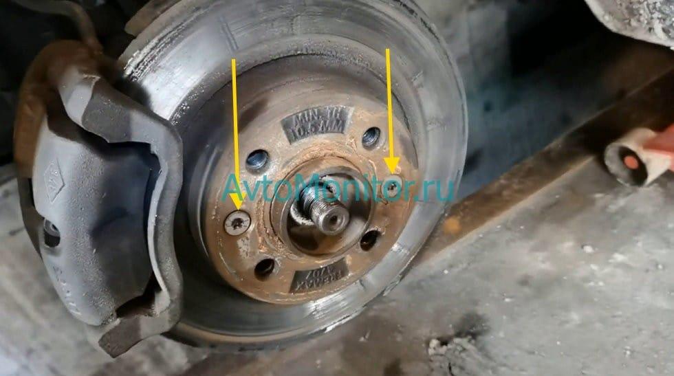 Открутить крепление тормозного диска