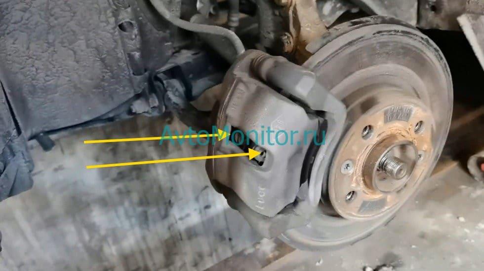 Отжать тормозные колодки от диска